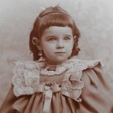Дети из прошлого, их наряды и куклы