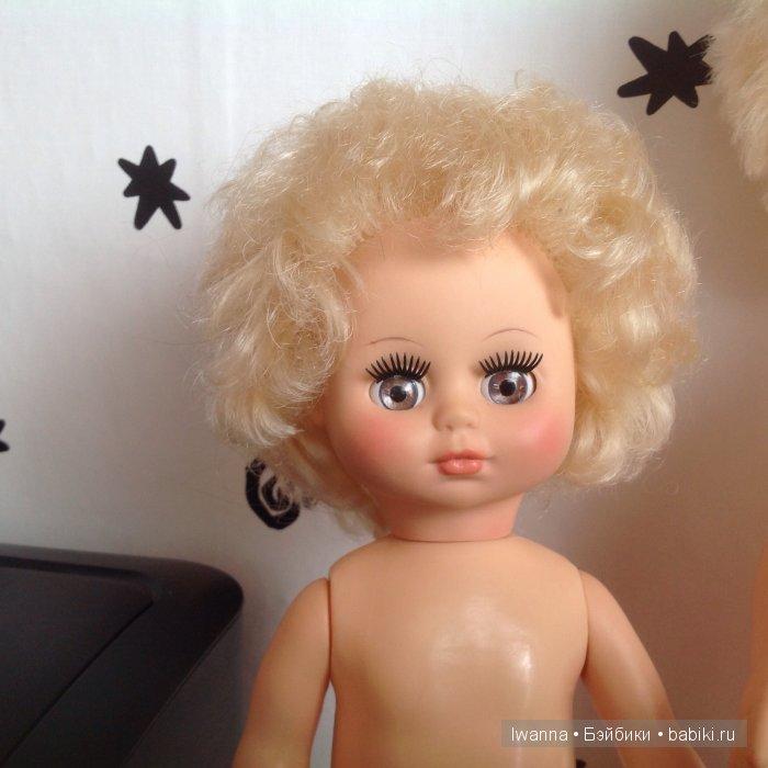 Личико второй куколки. У нее прическа не менялась, родная.