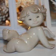 Ангелочек из фарфора создает новогоднее настроение