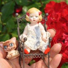 Куколка с красными бантиками