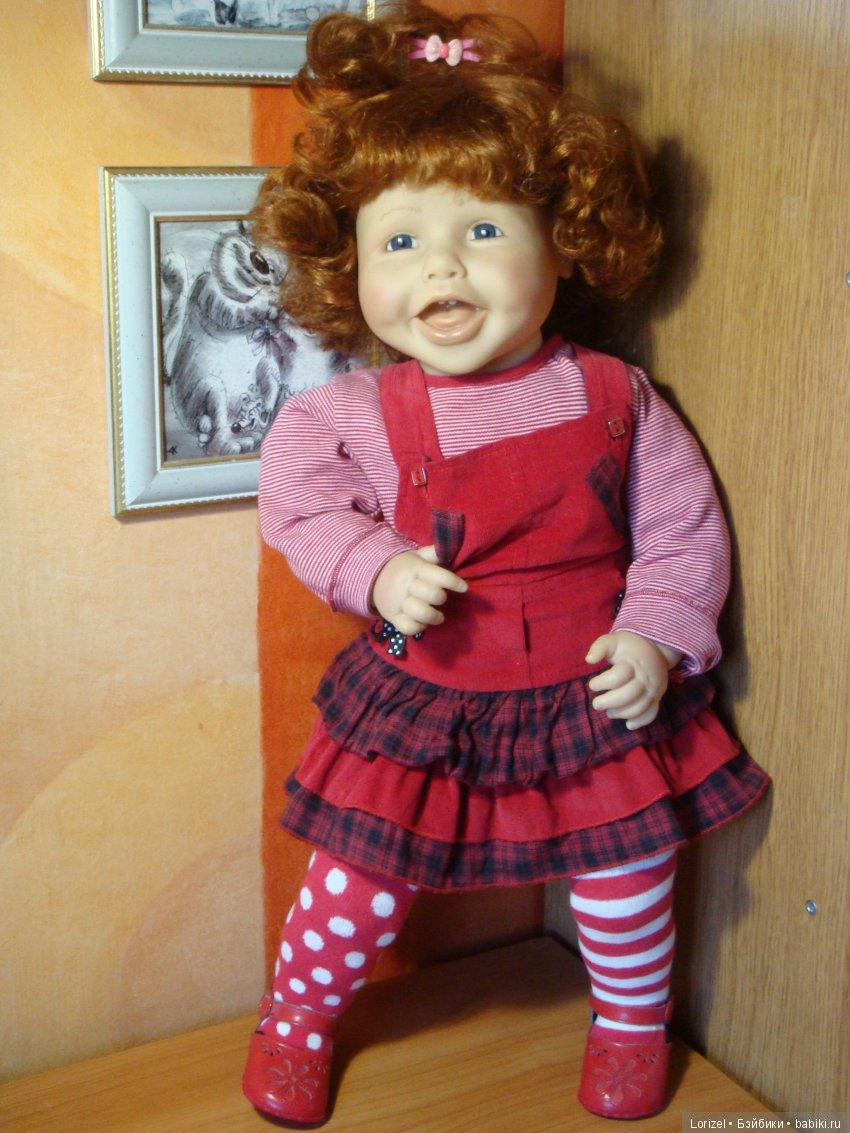 Девочка в домашней одежде.