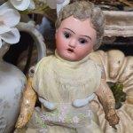 Маленькая антикварная куколка с нюансом