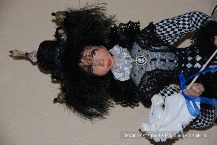 Кукла из запекаемого пластика.На проволочном каркасе.Закреплена.Можно слегка изменить положение рук.