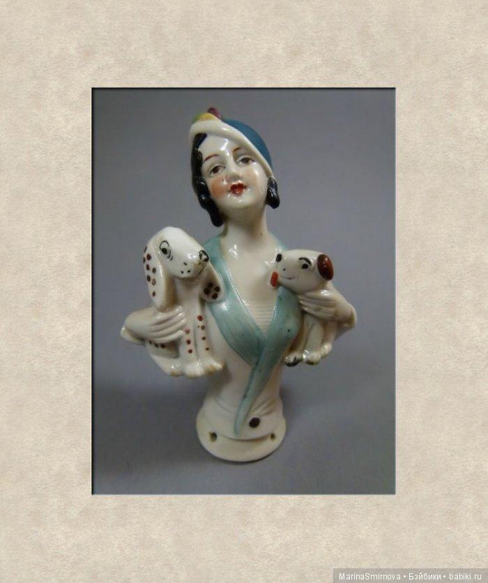 Луиза Брукс — американская танцовщица, модель, актриса немого кино. Брукс перестала сниматься в 1938 году и зарабатывала на жизнь, танцуя в ночных клубах, занималась живописью, литературой. Образ Луизы Брукс, её характерная стрижка не раз использовались в кино и комиксах. Образ Луизы Брукс стал эротическим символом эпохи немого кино.