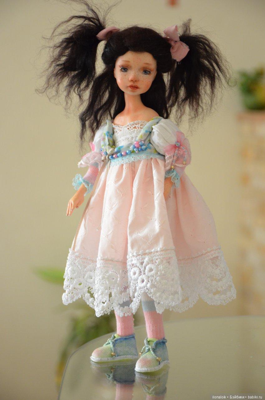 интерьерная куколка , может стоять и сидеть сама, выполнена в смешанной технике холодного фарфора и текстиля, руки ноги подвижны, голова на шарнире, рост около 33см.