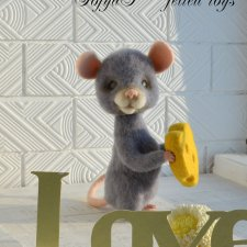 Влюблённый мышь с сырным сердечком. Авторские игрушки сухим валянием Потапенко Софьи
