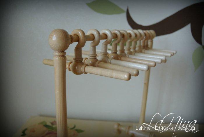 Деревянная вешалка с комплектом плечиков