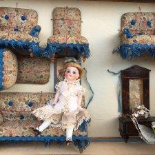 Изящная француженка Mignonette с ее чудесной мебелью