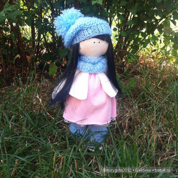 Интерьерная кукла ручной работы малышка Рита! Рост 26 см. Самостоятельно стоит на ножках.Исполнена в трех цветах( белом,голубом и розовом). Одета в колготочки, гетры,платье, легкое пальто,шапочку, шарф и ботиночки.