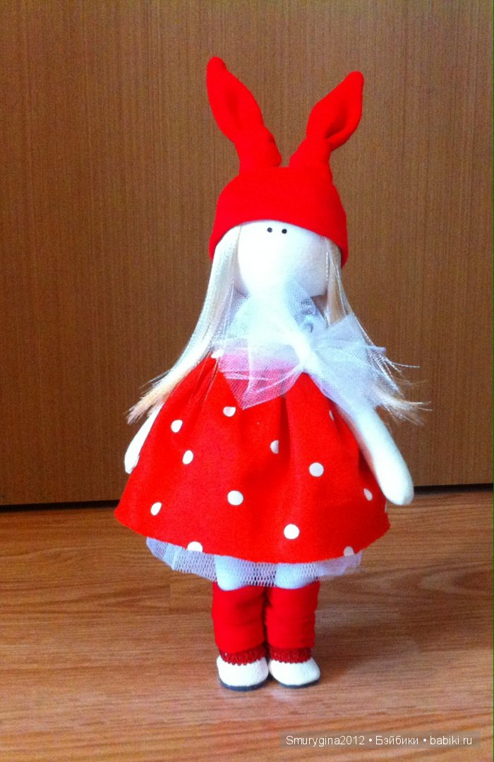 Интерьерная текстильная кукла ручной работы , малышка Катя! Рост 28 см. Исполнена в двух цветах ( белом и красном). Одета в платье, колготочки, гетры, шапочку, шарф и туфельки .Стоит самостоятельно.