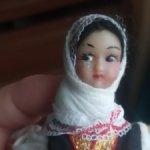 Небольшая кукла в национальном костюме, вроде советская