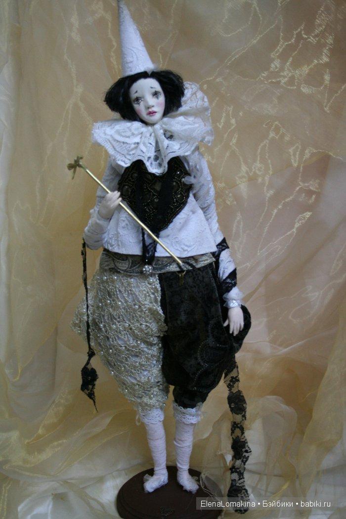 Пьеро это классика жанра,и я вам хочу представить мой вариант,Кукла снабжена музыкальным механизмом внутри,с механическим заводом на спине.очень приятная мелодия как в старинных музыкальных шкатулках (по запросу могу прислать видео).Кукла на проволочном каркасе,пластика ла долл,ткани винтажные,бархат,кружево шифон и т.д.