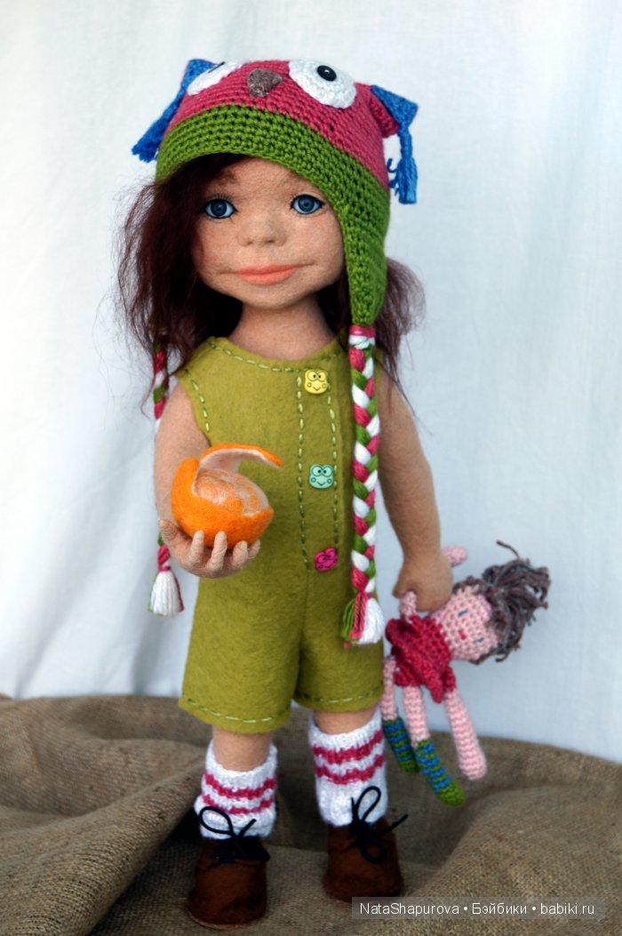 Николь. Рост 50 см.Сухое валяние на каркасе.Одежда мокрое валяние.Шапочка и кукла связаны крючком.