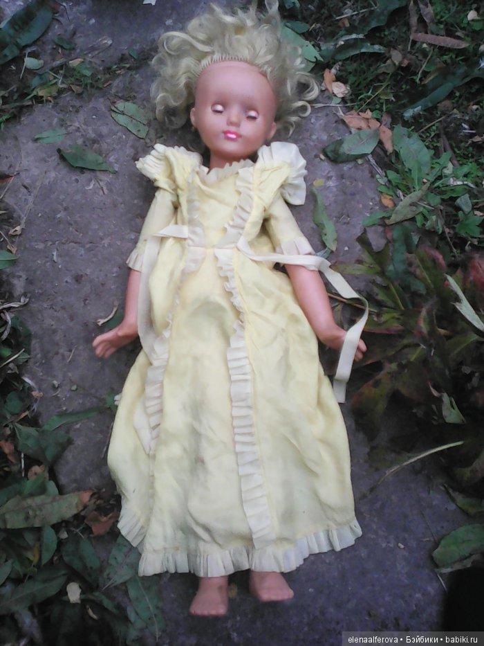 Вот та которую я искала причем долговато, она как на фото в каталоге, такое же платье, такие же желтые густые волосы, и очень темная пластмасса.тело голой сфотать не могу пока, так как оно поломано, и я его еще не сделала как отремонтирую покажу.Это фото сделано сразу после полкупки