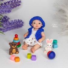Миниатюрная малышка с игрушками