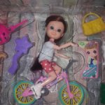 Шарнирная малышка на велосипеде