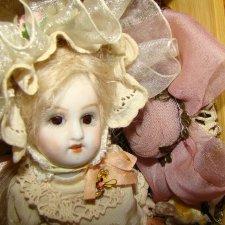 Куколка на ладошке