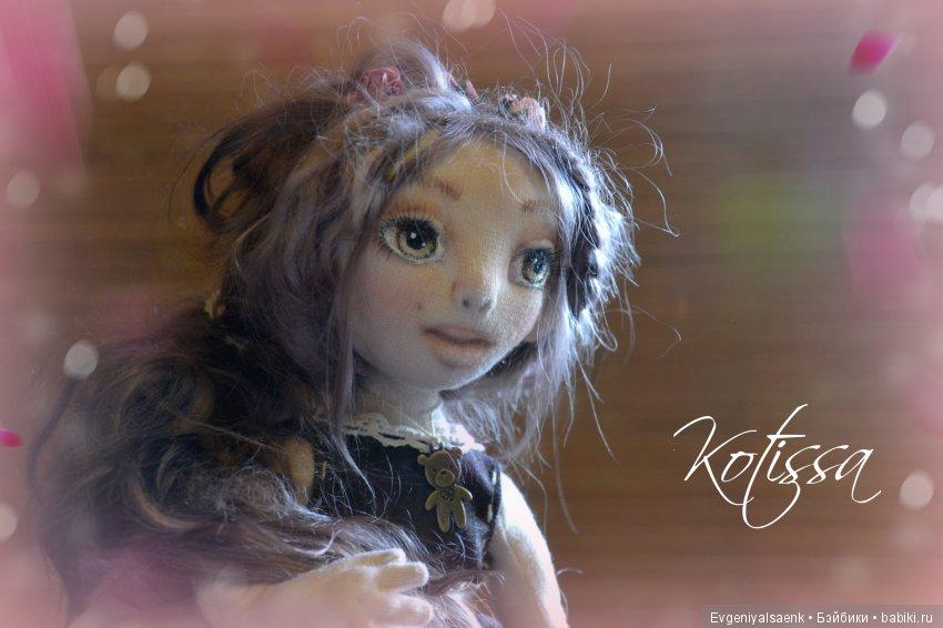 Интерьерная куколка Мари, полностью подвижна, руки сгибаются, сгибаются пальчики. Ноги сгибаются в коленях. Волосы из козьего пуха, Лицо расписано акрилом и пастелью. Прическа статична, менять не рекомендуется в волосах цветы. Одежда вся съемная.