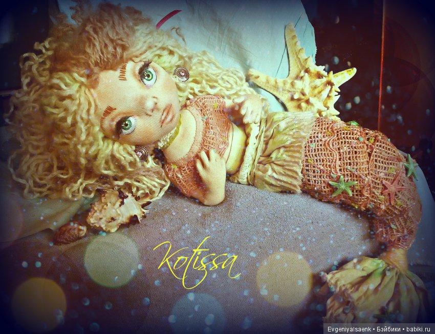 Инетрьерно - декоративная кукла русалка. Шарнирная, хвостик гнется, волосы - шерсть, выполнена из хлопка, трикотажа. Декорирована кружевом, искусственныи и натуральными ракушками, роспись лица и тонировка одежды - пастель и акрил.