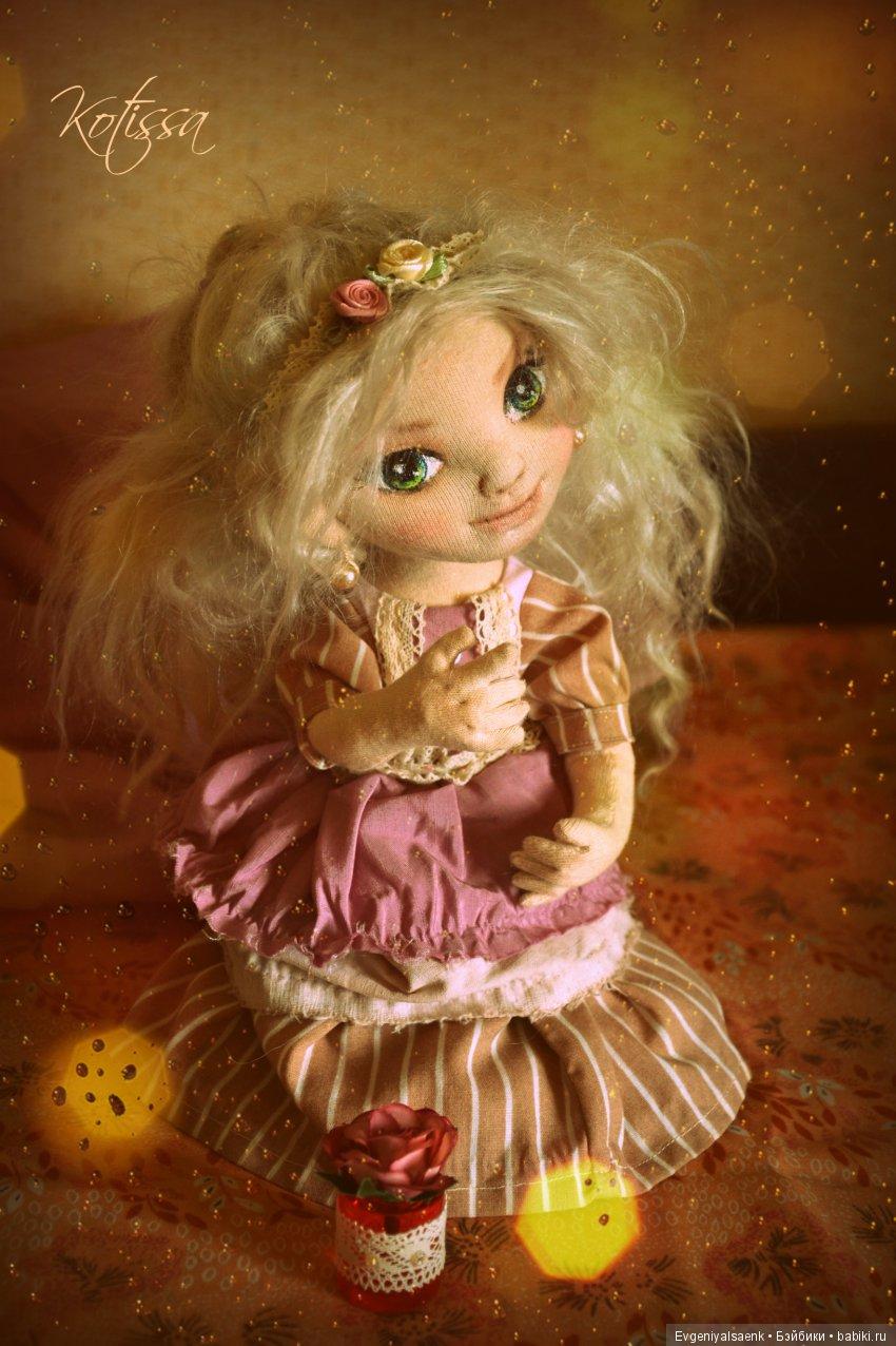 Интерьерня куколка Танюша, текстильная, полностью подвижна. В ногах шарнир, в ручках проволочный каркас, пальцы сгибаются, удерживают мелкие предметы. Волосы овечья шерсть. Выполнена из хлобчатобужной ткани, трикотжа. Платье и обувь съемные.
