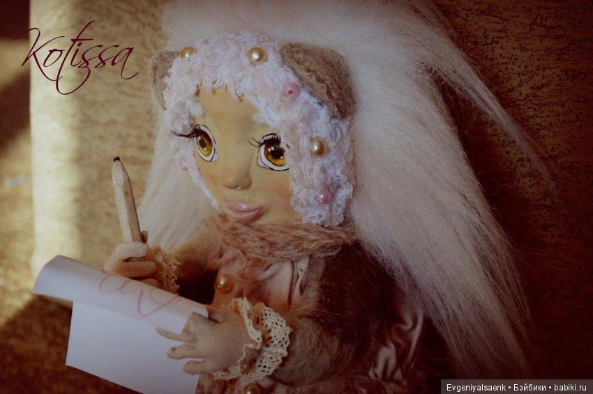 Тедди доллс, авторская интрерьерная кукла Тася. Кукла подвижна, на каркасе и шплинтах.  Пальчики сгибаются, удерживает предметы. Сидит самостоятельно, стоять без опоры не может. Выполнена из шерсти, трикотажа, хлопок. Декорирована кружевами, бусинами.