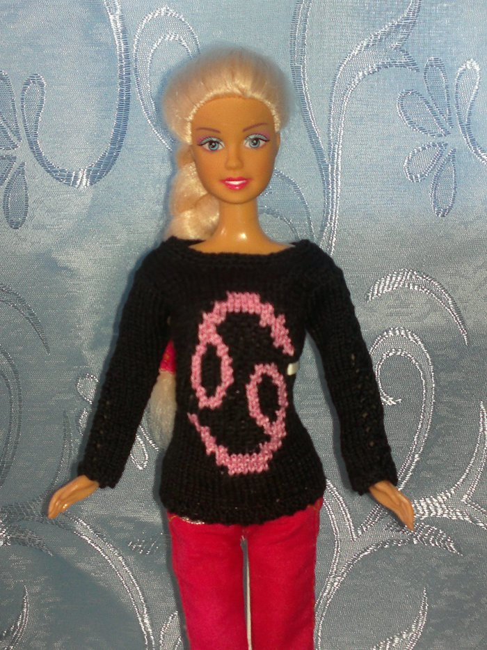 свитер на барби , со знаком рак)можно выбрать любой знак зодиака.