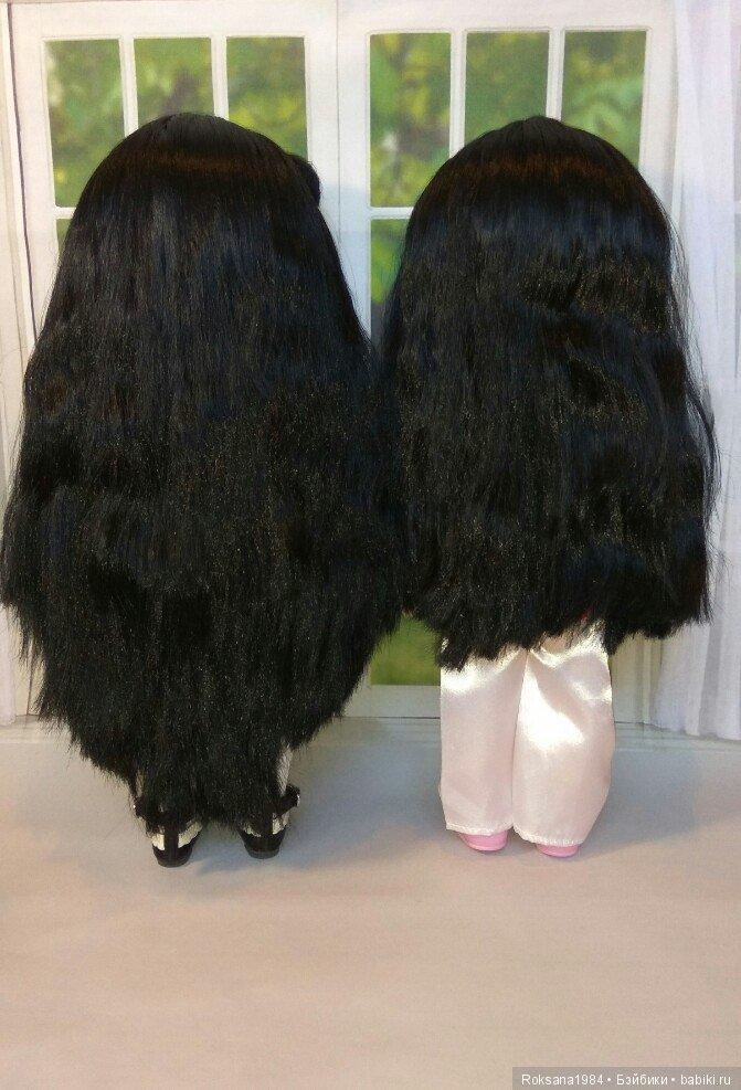 Волосы длиной как у куклы слева.