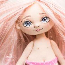 Когда у нее фиалковые глаза и розовые волосы. Куколка от Наташи Исенбаевой