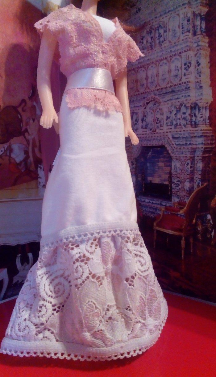 Бальное платье с кружевом и корсетом