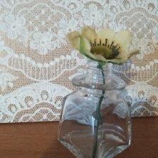 Стеклянная вазочка