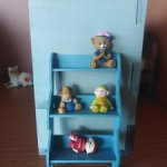 Полочка с игрушками из коллекции Кукольный дом