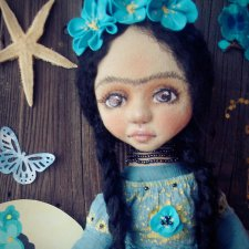 Маленькая Фрида в голубом. Текстильная кукла