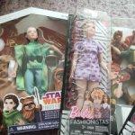Лот разных кукол и одежды в коробках нрфб