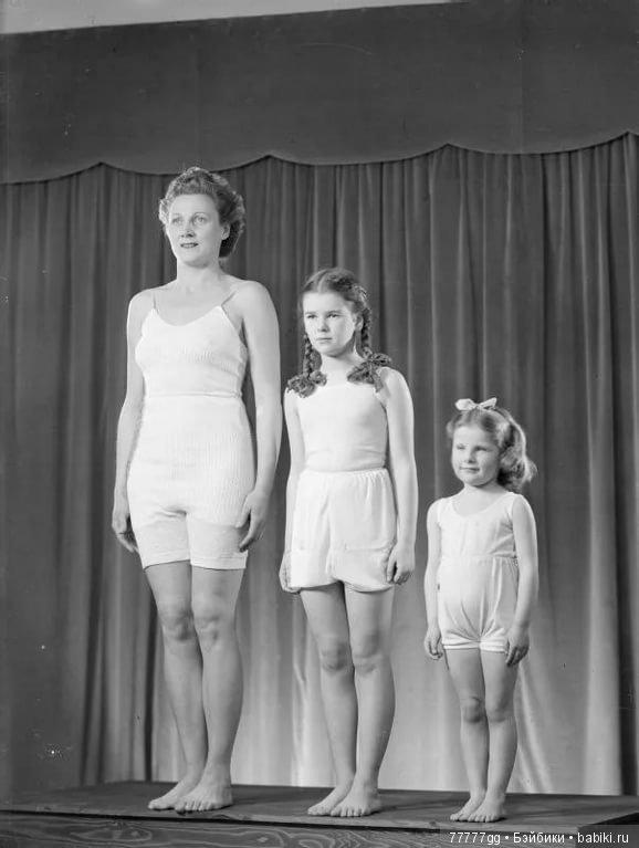 Девочки стояли на коленках спустив трусики