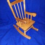 Винтажное деревянное кресло-качалка.