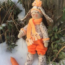 Зайчик Перси на прогулке в зимнем лесу