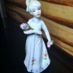 Фарфоровая статуэтка Девочка с букетом. 15 см.
