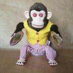 Знаменитая Jolly Chimp, обезьяна с тарелками.