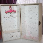 Винтажный кейс - шкаф для кукол с вешалками