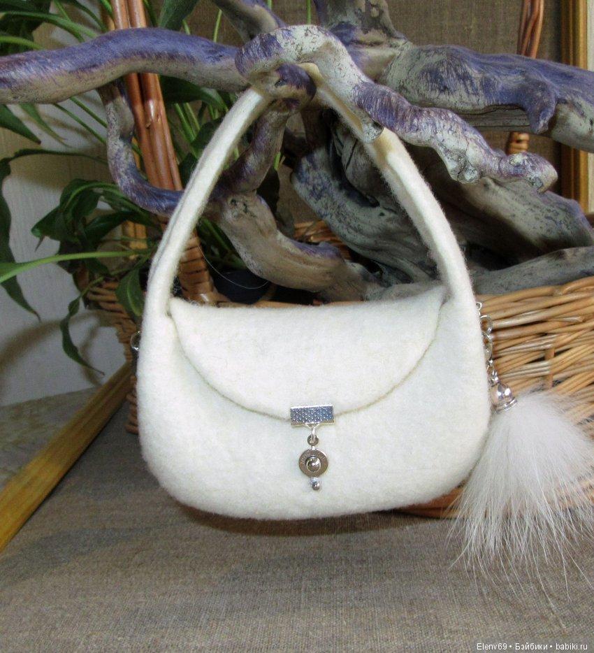 Просто милая дамская сумочка. С брелком.