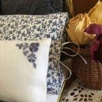 Плед и шесть прелестных подушек для кукольной кроватки