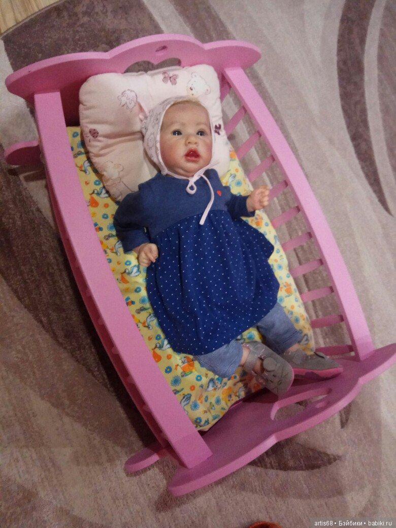 Кукла реборн в нашей кроватке