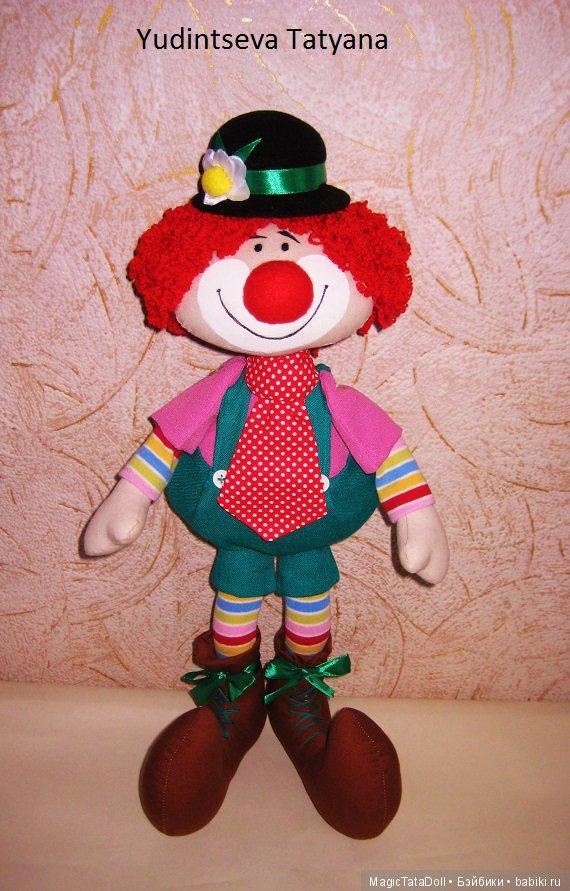Такой клоун может стать подарком ребенку, украсить детскую комнату.
