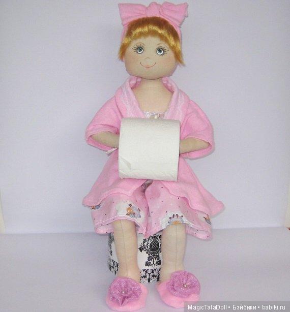 Такую куклу можно посадить и в спальню(например), дав в руки ей ватные диски, коробочку с расческами или другой мелочью