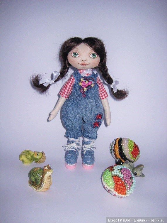Маленькая куколка с рисованным лицом