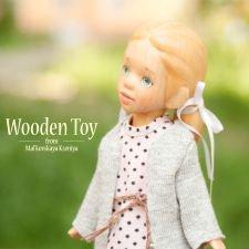 Маленькая куколка с деревянными волосами