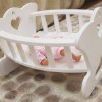 Продам белоснежную деревянную кроватку(можно качать)