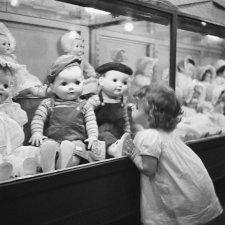 У витрины с куклами