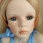 Красивая фарфоровая куколка