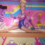 Красавица барби гимнастка на бревне
